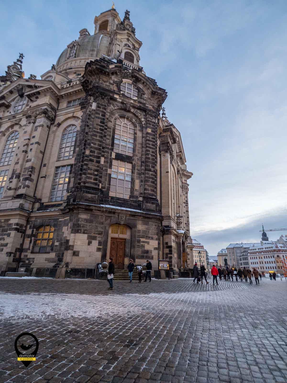 Kościół Marii Panny -Frauenkirche - luterański świątynia odbudowana dopiero w 2005 roku. Ciemne bloki piaskowca na fasadzie budowli pochodzą ze zburzonego kościoła.