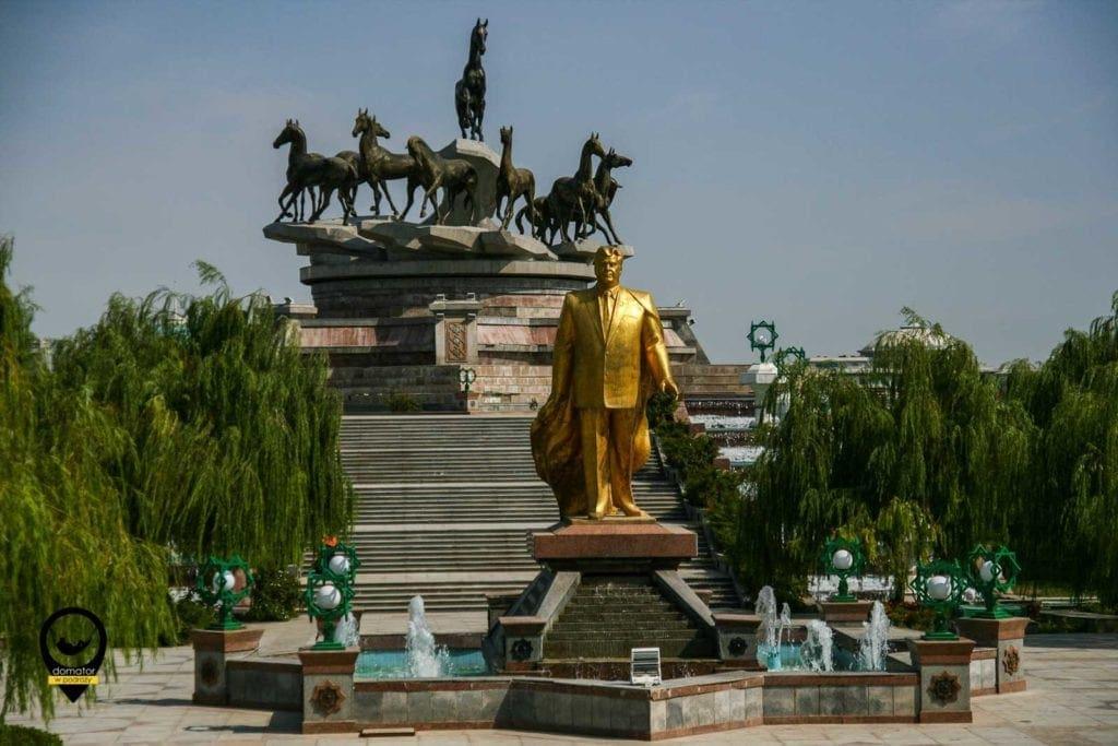 Złoty Turkmenbasza w Parku Niepodległości.