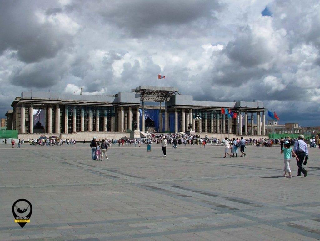 Centralny plac stolicy nosi nazwę Czyngis-chana wcześniej Suche Batora